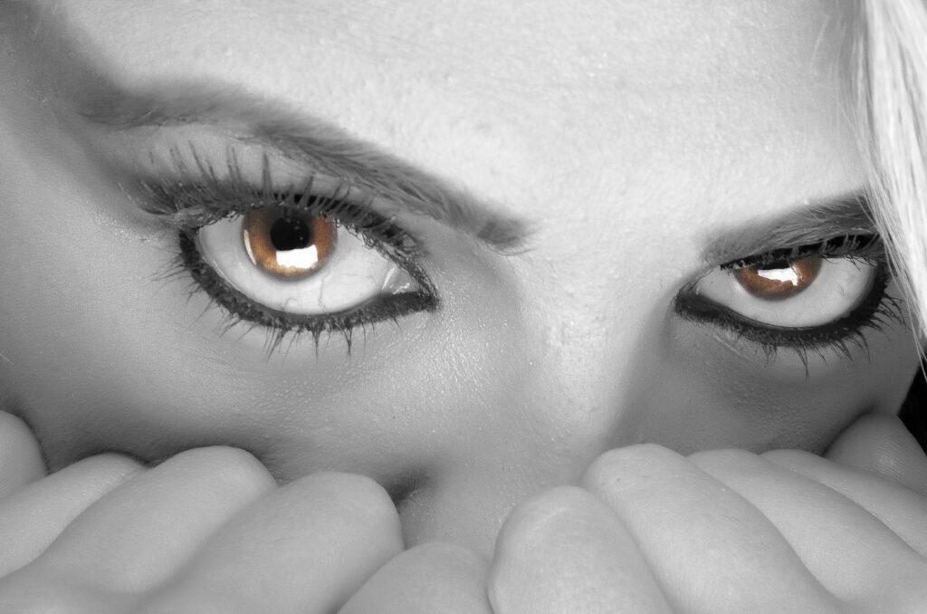 Stirrende øjne med et udtryk som mellem frygt og forførelse